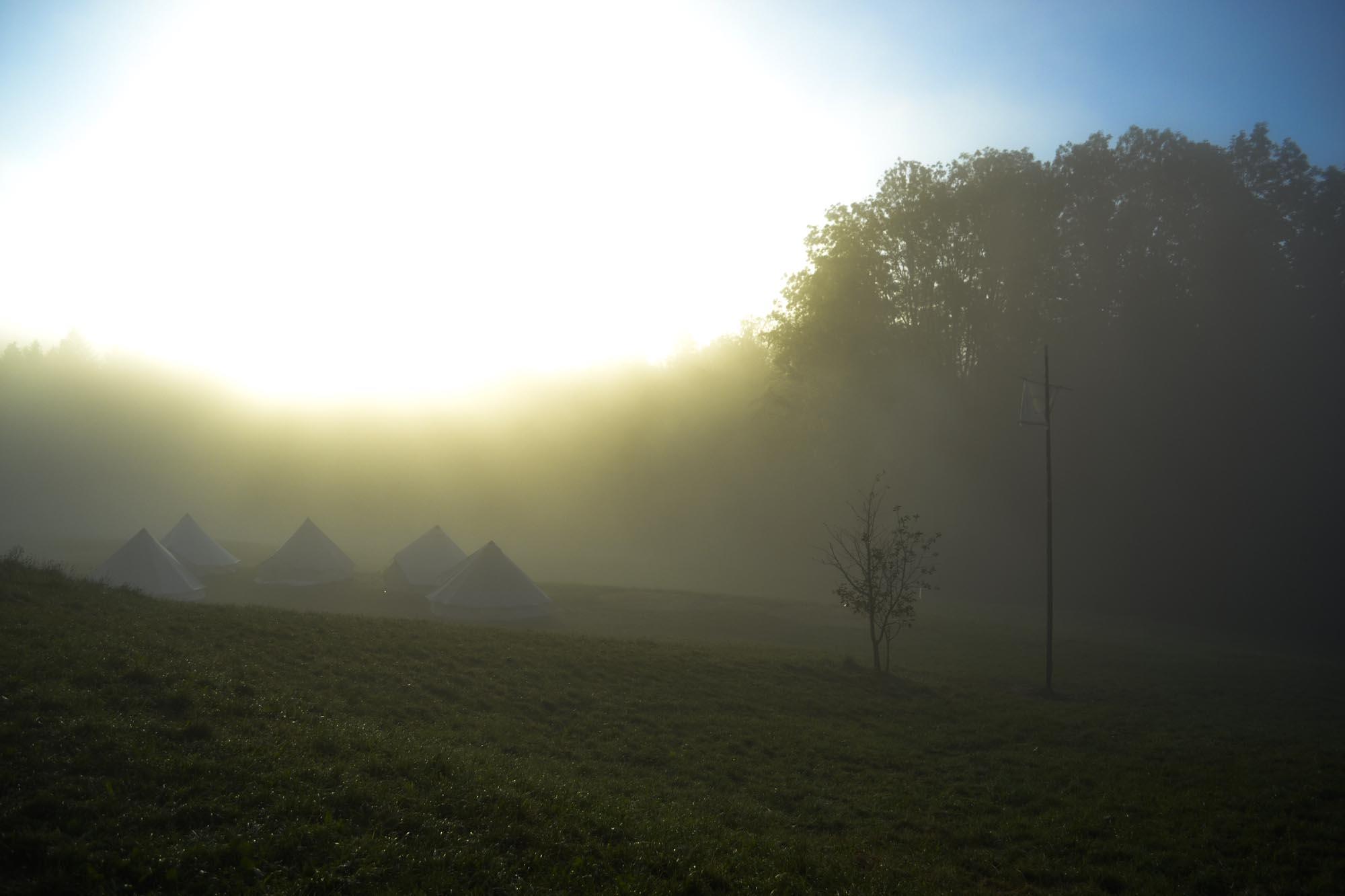 Zeltplatz im morgentlichen Nebel
